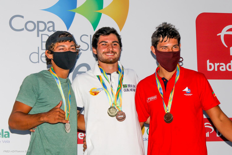 Guilherme Plentz no pódio da classe WindFoil da Copa Brasil de Vela.