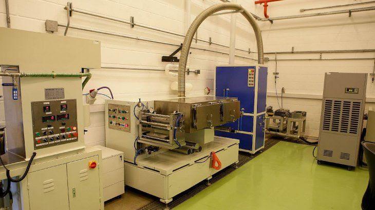 La nueva planta industrial de celdas y baterías se construirá con equipos similares a los que se usan en el laboratorio piloto de Y-TEC, pero con mayor capacidad de producción.