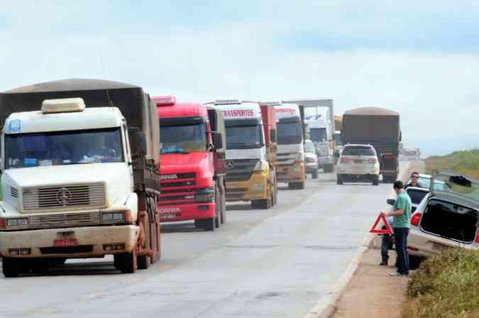 Buracos na BR 163, que liga o Mato Grosso ao Para: mas condicoes da rodovia limitam trafego de caminhoes(foto: Ronaldo de Oliveira/CB/D.A Press)