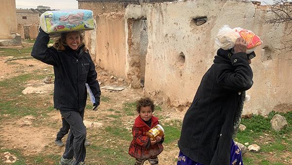 Karen với gia đình những người chạy trốn Idlib nhận thực phẩm