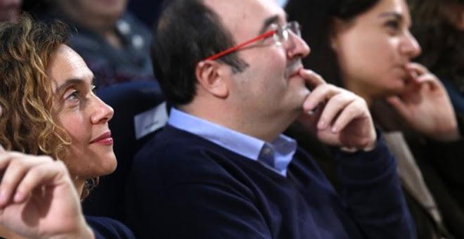 El primer secretario del PSC, Miquel Iceta, acompañado por la número 2 de la candidatura del partido socialista per Madrid, Meritxell Batet, y la secretaria general del PSOE-M, Sara Hernández, durante un acto de campaña electoral celebrado hoy en el madri