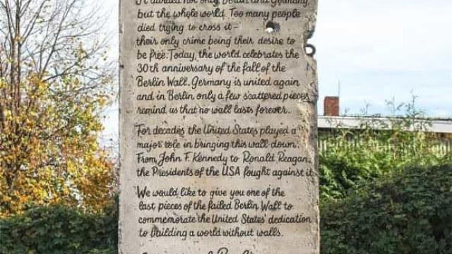 Ativistas alemães enviam parte do Muro de Berlim a Trump com mensagem