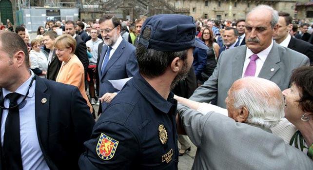 Darío Rivas, impulsor de la querella interpuesta en Buenos Aires para investigar los crímenes del franquismo, intenta hacer entrega del escrito.