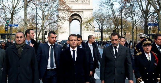 El presidente francés, Emmanuel Macron, recorre la zona cercana al Arco de Triunfo, en París, donde se produjeron los enfrentamientos con manifestantes del movimiento de los 'chalecos amarillos'. REUTERES/Thibault Camus
