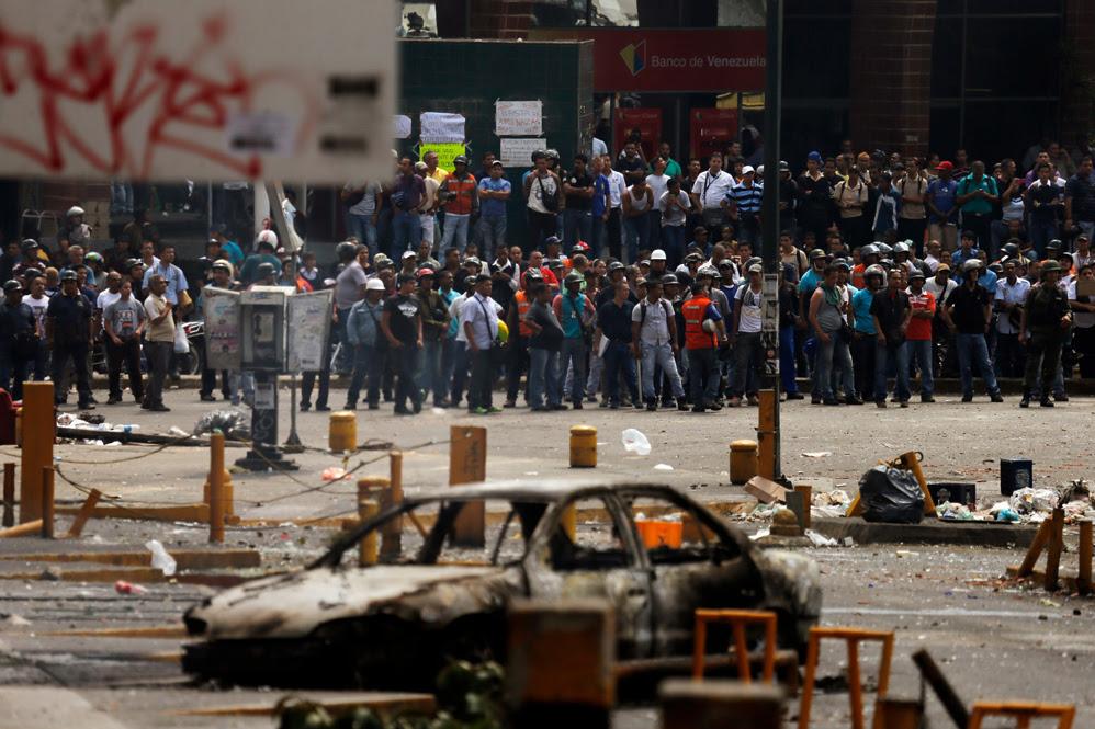 La Guardia Nacional evitó que los motorizados (en la foto), muy molestos por los disparos y el asesinato de su compañero, confrontaran directamente a los manifestantes violentos opositores de Los Ruices y Los Cortijos.