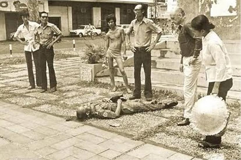 Đô thành Sài Gòn – 30 tháng 4 : Cảnh sát Trung tá Nguyễn Văn Long tuẫn tiết trước tượng đài Thủy quân lục chiến (khuôn viên Công trường Lam Sơn. Nguồn: OntheNet