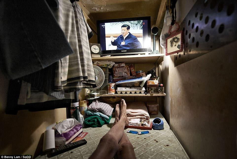 Một cư dân Hồng Kông đồng hồ Tổng Bí thư Đảng Cộng sản Trung Quốc Tập Cận Bình trên TV từ căn hộ nhỏ bé của mình