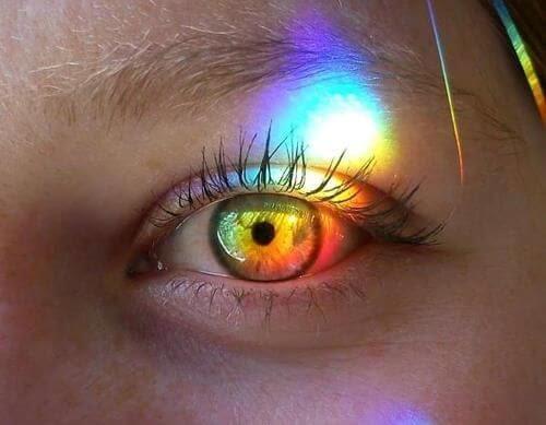 ojos con haz de luz