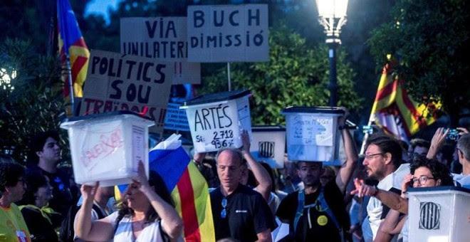01/10/2018.- Varios manifestantes portan pancartas y urnas utilizadas el año pasado en el referéndum unilateral de independencia, hoy en Barcelona durante la marcha soberanista 'Recuperemos el 1-O', que reivindica el cumplimiento del 'mandato' del 1-O. EF