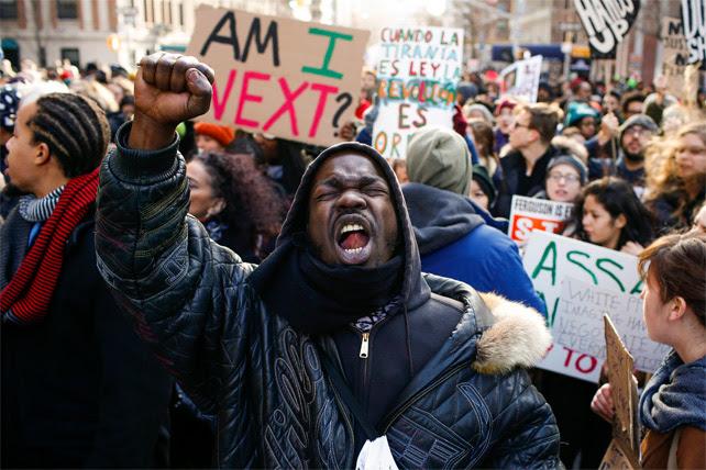Un manifestante durante la protesta contra la violencia policial en Washington.