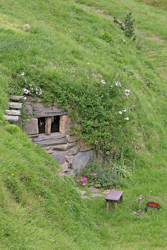 Скрытый дом (тайно: Операция Hobbit Hole) - хорошо защищенный подземный дом с входом хоббита стиле