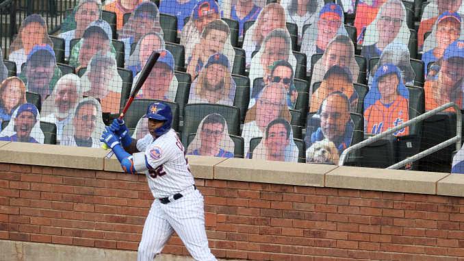 Yoenis Cespedes # 52 do New York Mets está no círculo do convés na frente dos fãs de papelão durante o jogo da pré-temporada no Citi Field em 18 de julho de 2020 na cidade de Nova York.