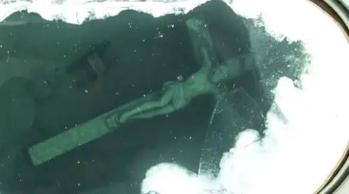 Este Crucifijo gigante sumergido en un lago de Estados Unidos atrae multitudes [VIDEO]