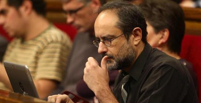 El diputado de la CUP Antonio Baños, en la segunda jornada del debate de investidura de Artur Mas. / EFE
