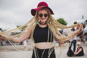 Inspirada em blogueira negra jovem faz tranças e é considerada musa do Lollapalooza