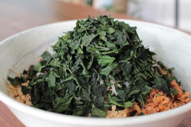 6月に発売以来、 人気メニューとなっている「碾茶マシマシ汁無し担々麺」