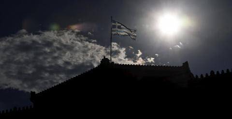 La bandera griega sobre el Parlamento heleno, en la plaza Syntagma, de Atenas. REUTERS/Alkis Konstantinidis
