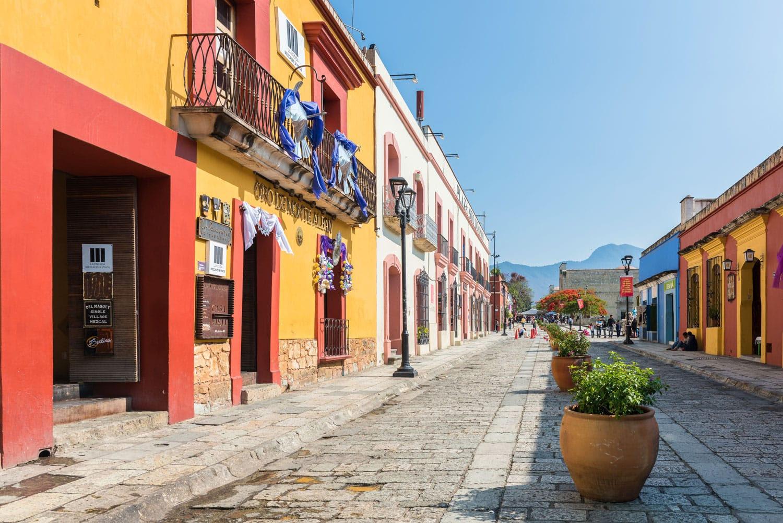 Oaxaca, Meksika Arnavut kaldırımlı sokaklarında renkli binalar