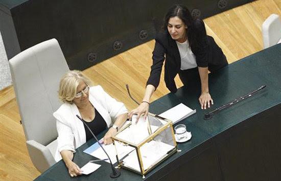 Rita Maestre, junto a Manuela Carmena durante el acto de investidura del Ayuntamiento de Madrid.