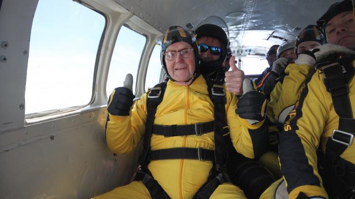 VIDEO. Un Britannique bat un record en sautant en parachute à l'âge de 101 ans et 38 jours