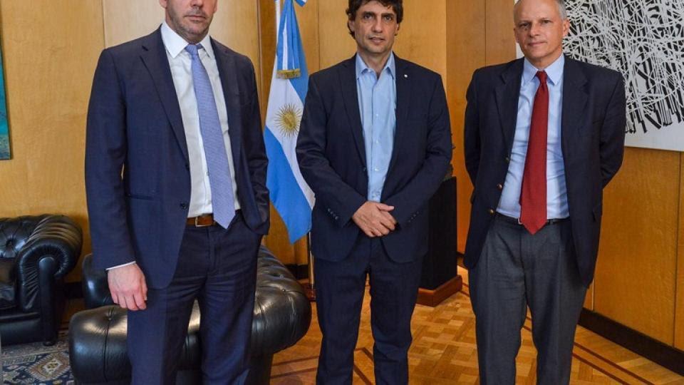 Hernán Lacunza, flanqueado por Guido Sandleris, presidente del BCRA, y Alejandro Werner, de la misión del FMI.