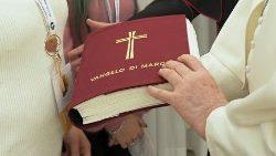 El Papa ofrece la Biblia a algunos fieles durante el pasado Domingo de la Palabra
