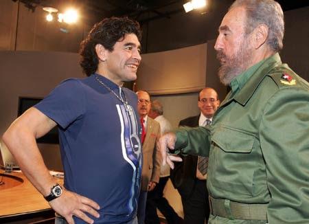 Maradona con Fidel en una Mesa Redonda dela TV cubana en octubre de 2005. Foto: Archivo de Cubadebate