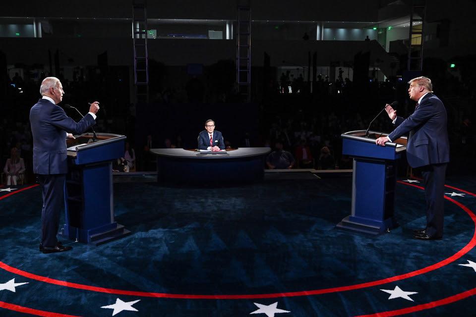 Trump discute con Biden. En el medio, el moderador Chris Wallace.