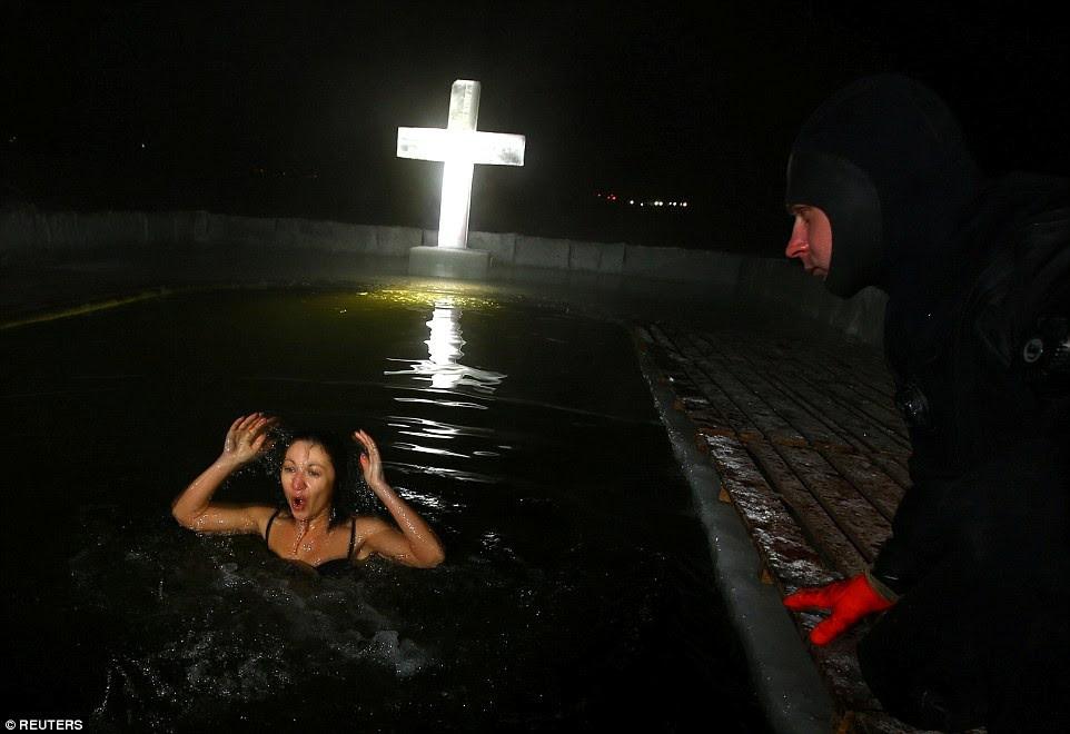 Αποτέλεσμα εικόνας για Ρωσίδες με τολμηρά μπικίνι βουτούν μέσα στον χιονιά για να πιάσουν τον σταυρό, στα Θεοφάνεια των Παλαιοημερολογιτών [εικόνες]