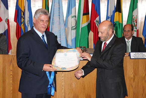El Vicepresidente de Cuba Miguel Díaz Canel visitó la FAO para recibir este reconocimiento de manos de Raúl Benítez, Representante Regional de la FAO para América Latina y el Caribe.