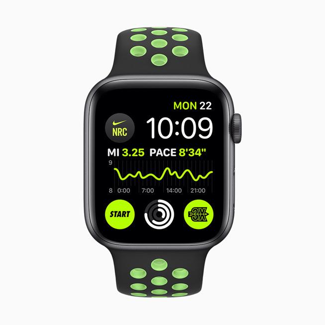 Apple Watch Series 5 螢幕中顯⽰的 Nike Run Club 複雜功能。