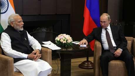 El presidente ruso, Vladímir Putin, y el primer ministro indio, Narendra Modi, en la residencia presidencial en Sochi, el 21 de mayo de 2018.