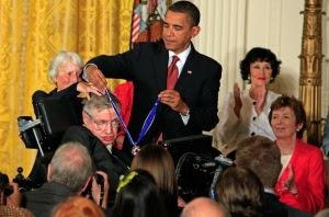 Obama entrega Medalha da Liberdade à Stephen Hawking, principal condecoração civil dos EUA
