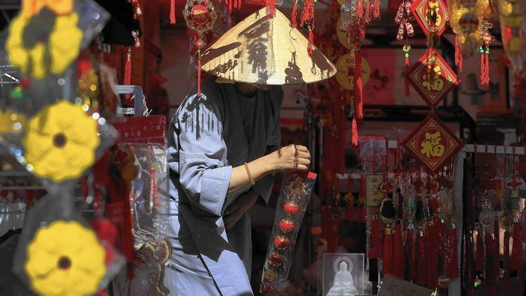 Thich Nhu Quang đọi nón lá bán hàng trang trí ở ngày Tết  ở Asian Garden Mall in Westminster. Nguồn: Allen J. Schaben / Los Angeles Times.