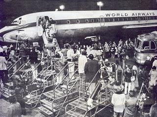 Người tị nạn cộng sản, kể cả trẻ mồ côi Việt Nam đến Mỹ bằng phi cơ của World Airways. Nguồn: oaklandaviationmuseum.org