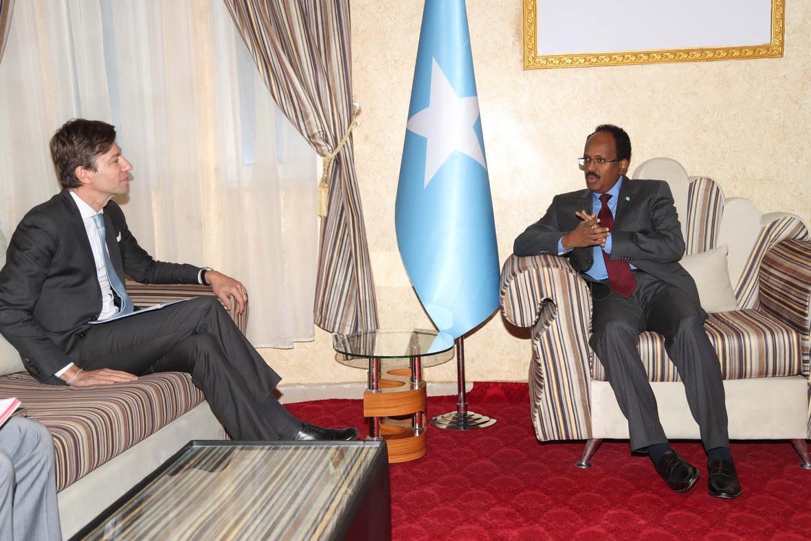 M Farmajo oo warqadaha safiirnmo ka gudoomay safiirka Bulgiem ee Somalia Photo Cali Ducale-15