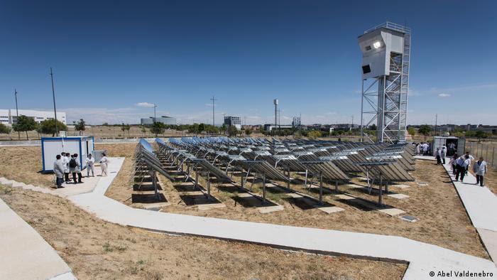 Espelhos da usina Sun-to-liquid, em Móstoles, direcionam luz do sol para reator