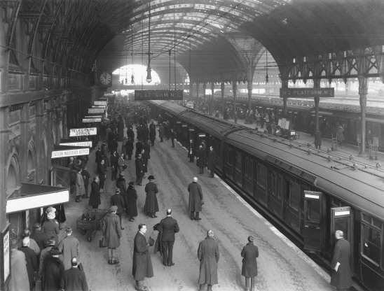 Các hành khách và nhân viên nhà ga dành 2 phút im lặng trong lễ kỷ niệm đầu tiên Hiệp định đình chiến ở ga Paddington