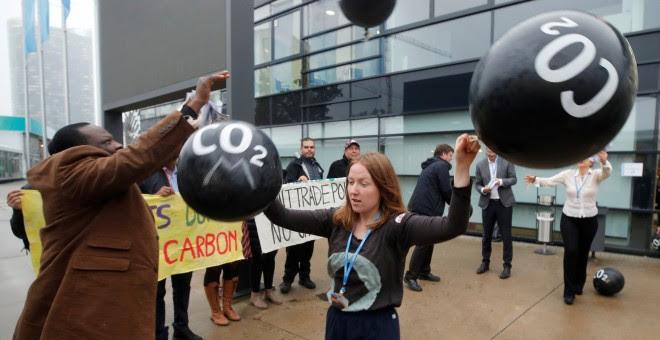 Varios activistas protestan contra las emisiones de dióxido de carbono en freten de la Conerencia de la ONU sobre el Cambio Climático, en Bonn, en noviembre de 2017 REUTERS/Wolfgang Rattay