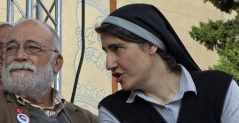 La teóloga y monja benedictina Teresa Forcades y el economista Arcadi Oliveras, principales promotores del Procés Constituent.   EFE