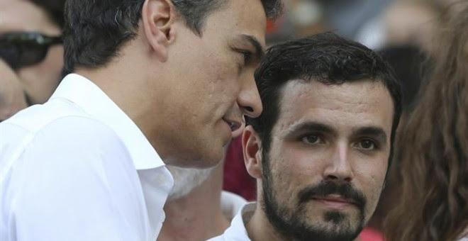 El secretario general del PSOE, Pedro Sánchez (i), conversa con el diputado de IU Alberto Garzón (d), al comienzo del tradicional desfile del Orgullo Gay.- EFE