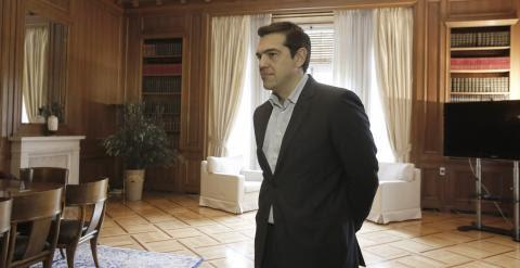 El primer ministro griego, Alexis Tsipras, en su despacho, antes de reunirse con el premio nobel estadounidense Paul Krugman. EFE/EPA/YANNIS KOLESIDIS