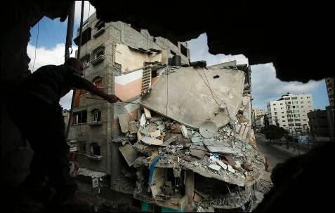 Un hombre mira un una casa destruída el viernes por las bombas isrraelíes en la ciudad de Gaza.