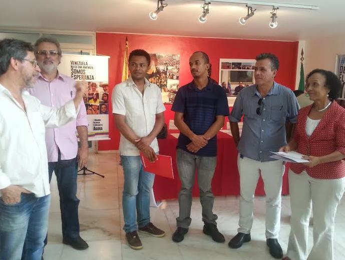 Movimientos sociales y políticos de Brasilia consignan firmas contra decreto de Obama
