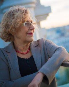 La alcaldesa de Madrid, Manuela Carmena, en la torre más alta del Ayuntamiento de la capital, este jueves 7 de octubre. CHRISTIAN GONZÁLEZ