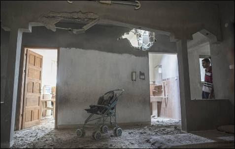Interior de una de las viviendas palestinas tras los bombardeos israelíes en Gaza.