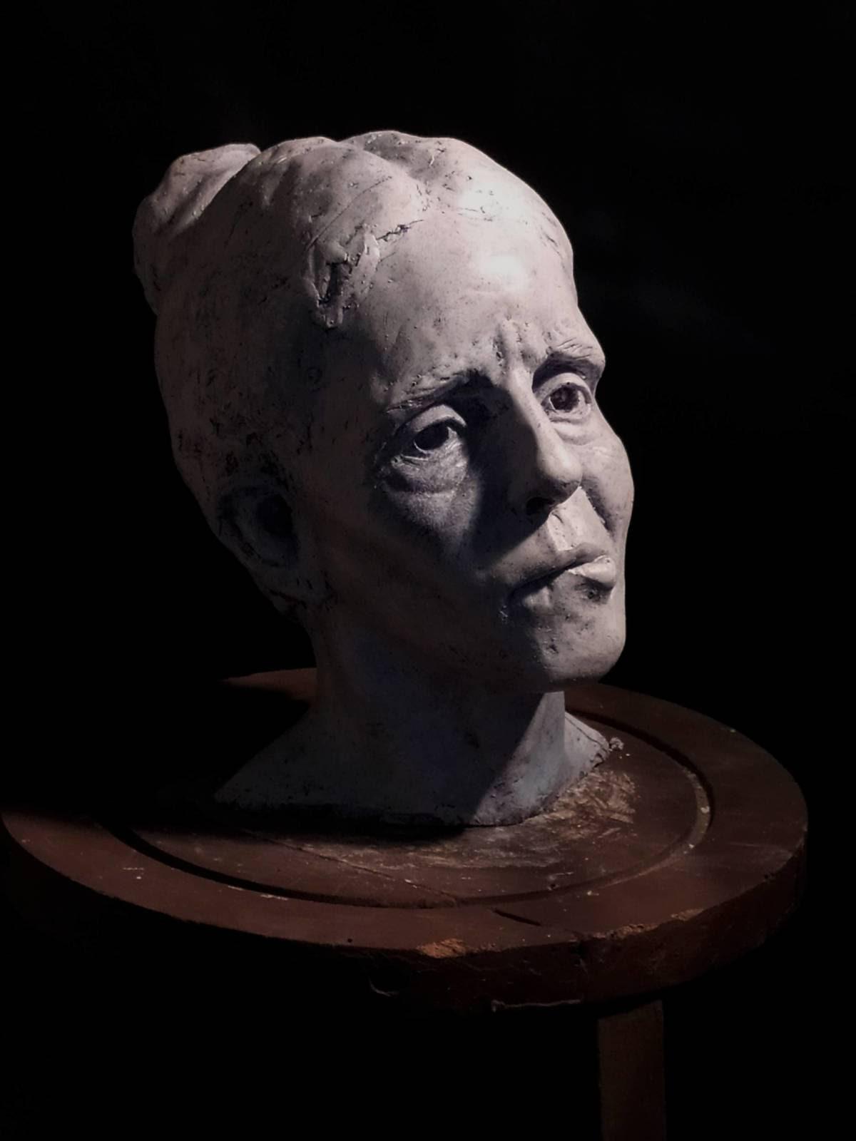 Mujer de la Pastilla - De Mendoza Sculpture