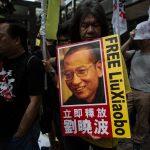 """Le député hongkongais Leung Kwok-hung dit """"Long Hair"""" manifeste pour la libération de Liu à Hong Kong le 18 mai 2016. (Crédits : AFP PHOTO / DALE DE LA REY)"""