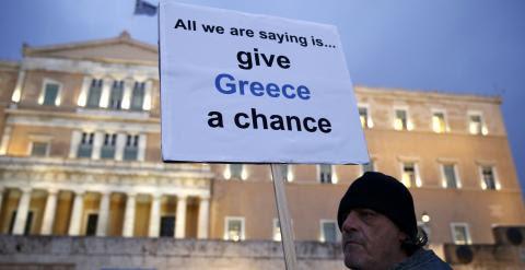 Un manifestante sostiene una pancarta que dice 'Dad una oportunidad a Grecia', en la concentración en apoyo del primer ministro Alexis Tsipras, en la Plaza Sintagma, de Atenas. REUTERS