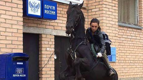 María Rubtsova montada sobre su caballo Cosmos